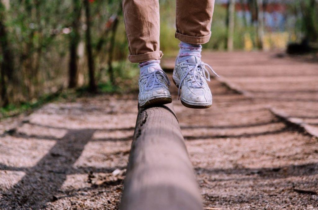 Balancieren auf einem Baumstamm